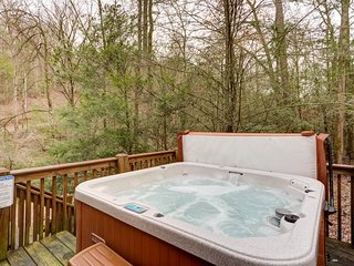 Waterfront dog-friendly cabin, firepit, private hot tub, and gas grill!
