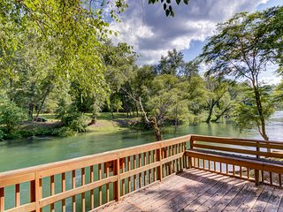 Waterfront cabin perfect for fly fishing w/ firepit & spacious deck