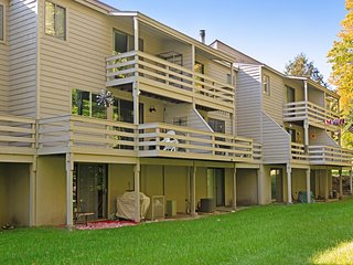 Hideaway Valley condo w/ back deck - shared pool, tennis, & clubhouse