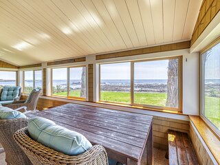 Charming oceanfront house with incredible beach views, BBQ area & firepit