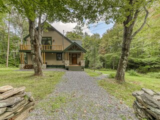 Charming, family & dog-friendly getaway w/ furnished deck & fun-filled game room