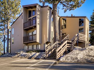 Heavenly summit retreat close to skiing & Lake Tahoe w/ balcony & gas grill!