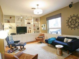 Sunny home in quiet neighborhood, w/ full kitchen, fenced yard, & backyard deck!