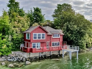 Waterfront family-friendly home w/bay views, firepit, deck, & gas fireplace!