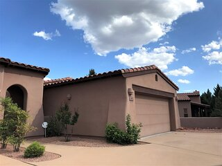 Community Pool & Hot Tub! Charming Townhome located in Village of Oak Creek Clos