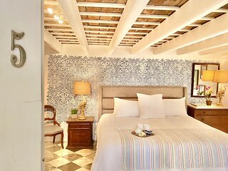 El Palacete Suite 5 for 2 with 1 King Bed and En-suite Bathroom POOL