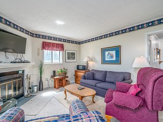 Two bedroom condo in gated community w/private balcony, close to slopes!