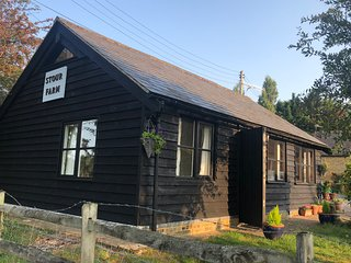 Quaint Riverside Cottage in Chartham, Canterbury