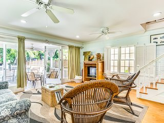 Centrally located home w/ private pool 3 blocks to Duval St - dogs OK!