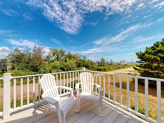 Coastal cottage w/fireplace, deck & ocean views- walk to beach!
