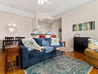 *Ground floor condo* Historic Downtown* Close to beach & base*