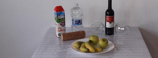Bienvenida para lis clientes con frutas de temporada,  leche agua y vino