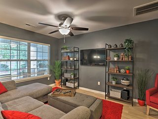 NEW! Cozy Townhome w/ Lanai 15 Mi to Charleston!