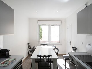 Perfectly located and bright flat with garden (8-14 people)