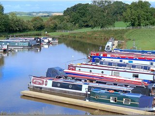 30ft Narrowboat - Breeze by Floating Cottages