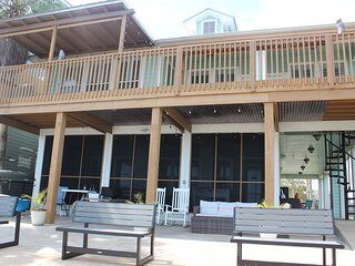 Kemah Dozen Palms Bay Retreat - Waterfront, steps from Kemah Boardwalk