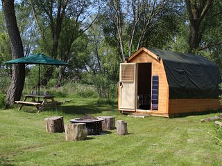 Rum Bridge Patsy's lakeside sleeps-3 glamping pod + fishing, Suffolk
