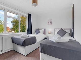 HL StAnnes 1- Heathrow Living St Annes Serviced House 5 bedrooms 3 bath