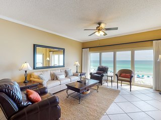 Beachfront resort home w/ amazing balcony views & shared pool/ hot tub