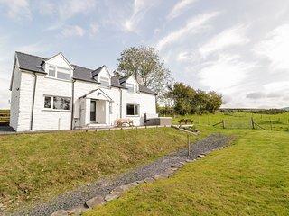 BRYNDAN, countryside views, hot tub, Machynlleth 5 miles, Ref 950951