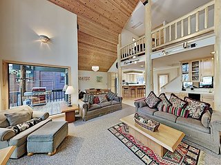 Tahoe Donner Retreat | Dreamy Deck with Golf Course View | Near Slopes & Lake