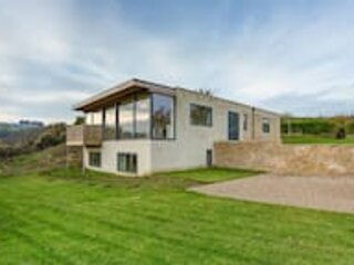 Modern 5-Bedroom Home with Panoramic Views, alquiler vacacional en Dyrham