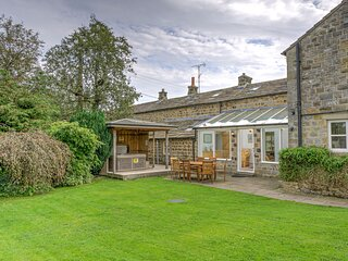 Hookstone House - Spacious 5-Bedroom Yorkshire Cottage with Hot Tub