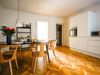 Bright and Spacious Apartment Close to the Queens Palace