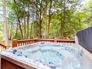 Creekside cabin w/ a screened porch, wood fireplace, private hot tub, free WiFi