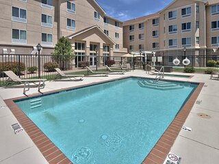 Spacious King Unit, Pool, Kitchenette, Shuttle