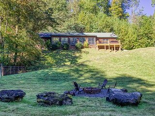 3 bedroom cabin with Wifi, Firepit Air Hockey and Foosball close to town!