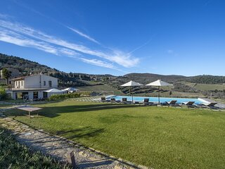 Villa Il Tinaio with Private Pool, Garden, Terraces and Parking