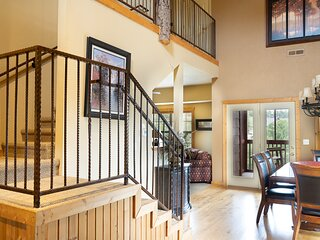 Luxurious Walk-in Cabin with Private Screened Deck in the Heart of Branson