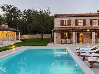 Secluded Villa, large refreshing pool, tranquility, family&pet friendly