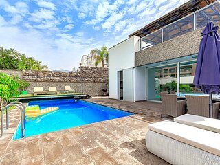 Villa w 5 bedroom, 5 ensuite bath and heated pool, El Duque. Heating included