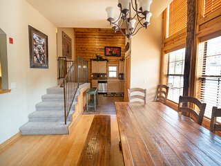 4 BR + Loft, 3 BA Cabin with Fireplace & Screened-In Balcony