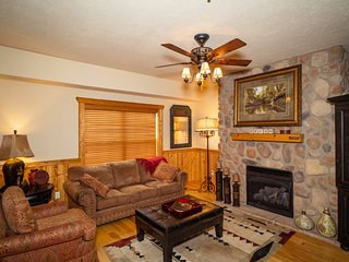 Spacious Family Retreat - Cedar Cabin just MINUTES from Attractions!