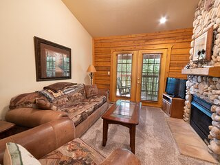 Rest and Relax - Cabin with Fireplace & Whirlpool Tub near Shows & Shopping
