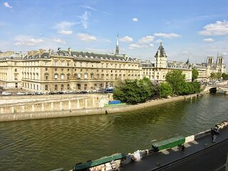A SHIMMERING ST GERMAIN JEWEL FACING THE RIVER SEINE-QUAI DES GRANDS AUGUSTINS