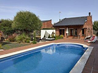Chalet con piscina, gran jardín y barbacoa perfecto para ti y tu familia.