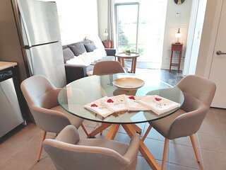 Bright 1BD + 1BH with modern high ceiling condo