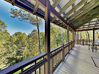 Expansive Home with 2 Decks, 2 Living Areas & Grill | 5 Minutes to Slopes