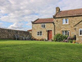 CHURCH FARM ANNEX, countryside views, pet-friendly, WiFi, Ref 976821