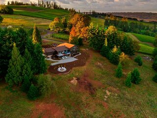 Impeccably Groovy Home, Panoramic Vineyard Views, 5 Kings, Huge Deck, Pool Table