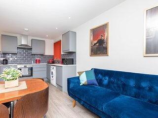 Designer Apt 7Min Walk 2 Horsham Mainline Station - 2Bedroom/1Bath Apartment