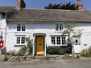 APPLE TREE COTTAGE, Thatched cottage, sleeps 4, central village location, 10