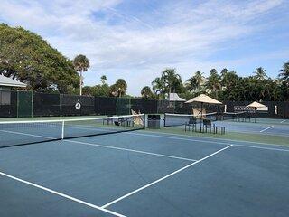 Friends and Family 3BR Beach Villa, 3 Pools, Waterslides, Tiki Bar, Tennis Court