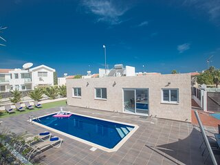Protaras Broadway Villa GD44, 3 Bed villa with pool in the center of Protaras