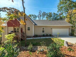 Leisure Lodge | New custom home | Mountains Views | 15 mins to Asheville!
