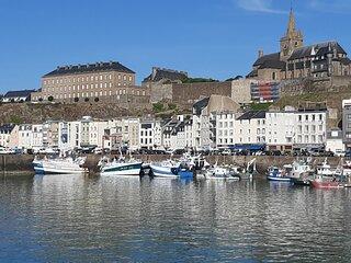Magnifique appartement, face au Port de Granville, vue sur mer, 200 m du centre.